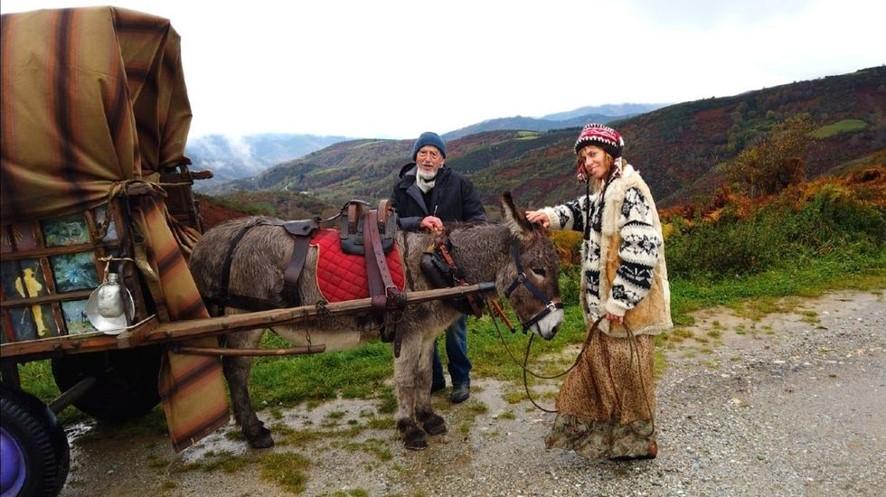 Dois peregrinos e um burro avançam ao longo da Rota Francesa deserta, onde a hospitalidade lhes dá um teto